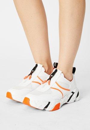 RUNNER SNEAKER ZIP PU-NY - Sneakers - bright white