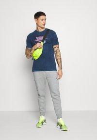 Nike Sportswear - RETRO TEE - Print T-shirt - midnight navy/bright crimson - 1