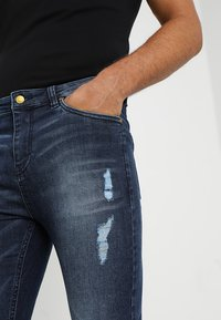 Golden Equation - FADED DISTRESSED MID-RISE - Jeans Skinny Fit - mid blue - 3