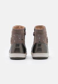 Geox - NEW FLICK GIRL - Kotníkové boty - beige - 2