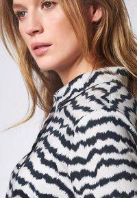 DESOTO - Button-down blouse - creme zebra print - 0