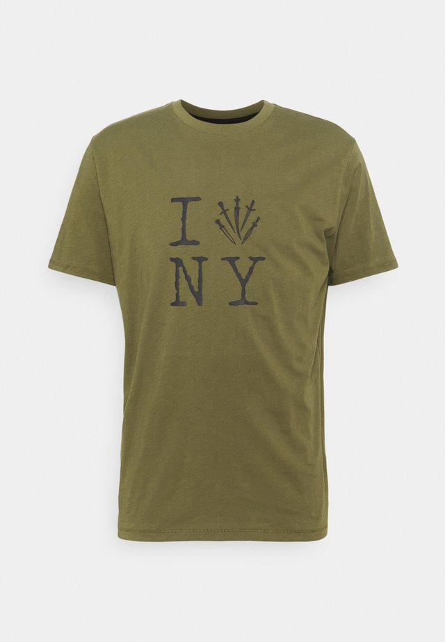DAGGER NY TEE - Print T-shirt - armygreen