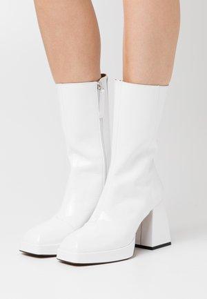 Kotníkové boty na platformě - blanco