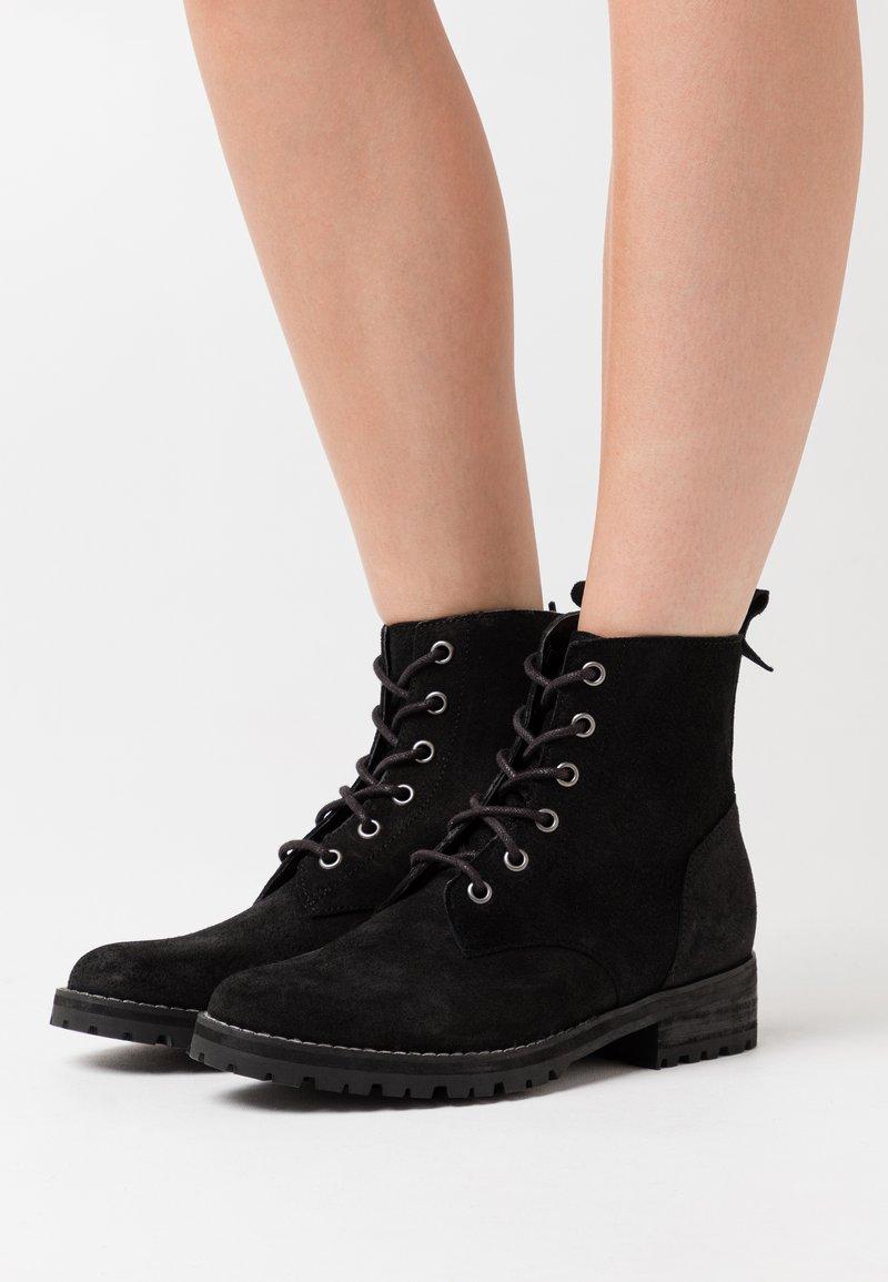Superdry - COMMANDO BOOT - Šněrovací kotníkové boty - black