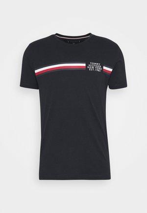 CORP SPLIT TEE - Camiseta estampada - desert sky