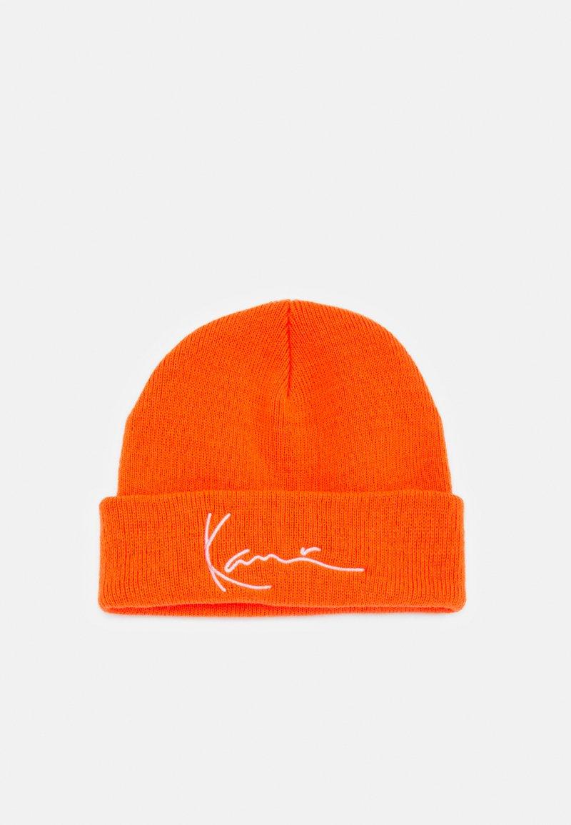 Karl Kani - SIGNATURE FISHERMAN BEANIE UNISEX - Beanie - orange