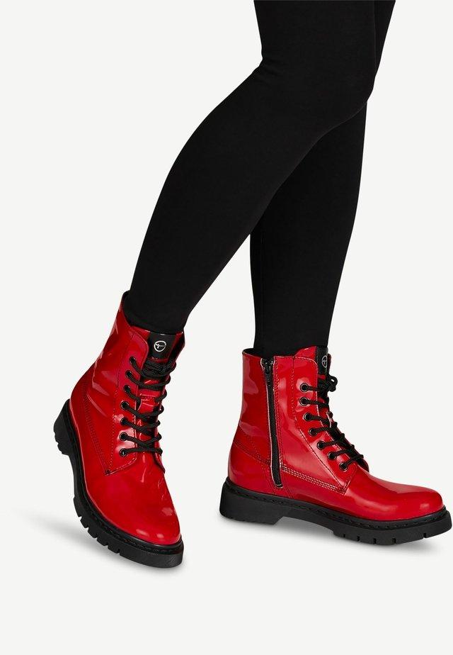 BOOTS - Bottines à plateau - red patent