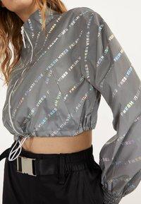 Bershka - REFLEKTIERENDE CROPPED-JACKE 01242644 - Summer jacket - light grey - 3