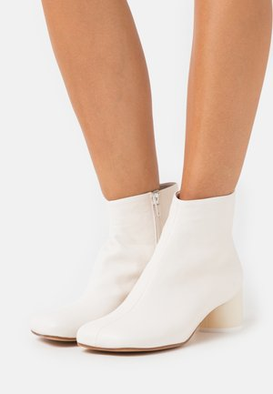FLOCK STIVALETTO PIEDE TACCO BASSO - Classic ankle boots - white