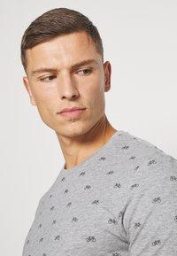 Pier One - Print T-shirt - mottled grey - 4