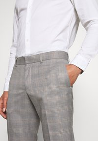 Isaac Dewhirst - CHECK 3 PIECES SUIT - Completo - grey - 12