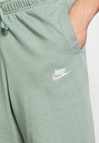 Nike Sportswear - CLUB - Shorts - silver pine/white - 6