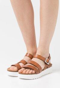 Grand Step Shoes - ERINA - Platform sandals - whisky - 0