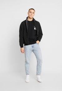 Calvin Klein Jeans - MIRRORED MONOGRAM SLIM TEE - T-shirt z nadrukiem - black/white - 1