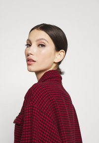 Missguided - DOGTOOTH OVERSIZED SHACKET - Button-down blouse - red - 3