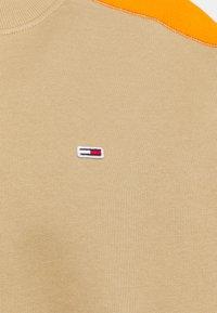Tommy Jeans - COLORBLOCK CREW - Felpa - classic khaki/multi - 2