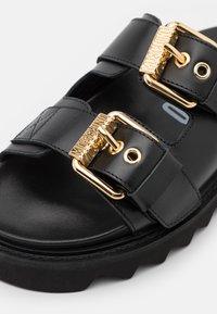 MOSCHINO - Pantofle - nero - 6