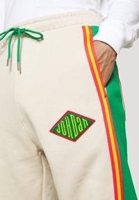 Jordan - PANT - Pantalon de survêtement - oatmeal/lucky green/track red - 5