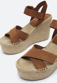 Uterqüe - LEDERSANDALEN AUS RAULEDER MIT KEILABSATZ AUS JUTE 15707580 - High heeled sandals - brown - 3