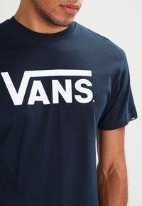 Vans - CLASSIC - Print T-shirt - navy/white - 3