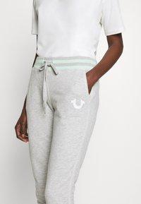 True Religion - PANT SLIM FLE HORSESHOE - Pantalones deportivos - grey melange - 6