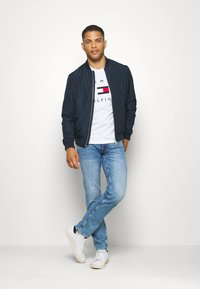 Tommy Hilfiger - FLAG TEE - T-shirt con stampa - white - 1