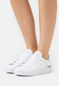 Reebok Classic - AD COURT - Sneakersy niskie - footwear white/luminous lilac/baked earth - 0