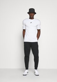 Nike Sportswear - REPEAT - T-shirt - bas - white - 1