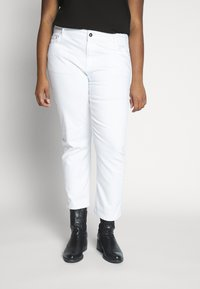 Kaffe Curve - KCMARIA CROPPED JEANS - Jeans Tapered Fit - chalk - 0