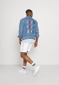 Calvin Klein Jeans - PRIDE GRAPHIC UNISEX - Short - bright white - 2