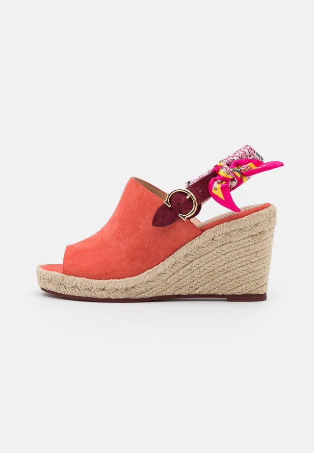 POPPY WEDGE - Sandalen met hoge hak - bright salmon