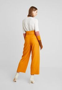Vila - Spodnie materiałowe - golden oak - 2