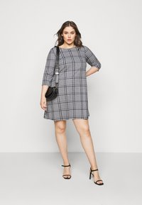 CAPSULE by Simply Be - 3/4 SLEEVE SWING - Jersey dress - dogtooth - 1