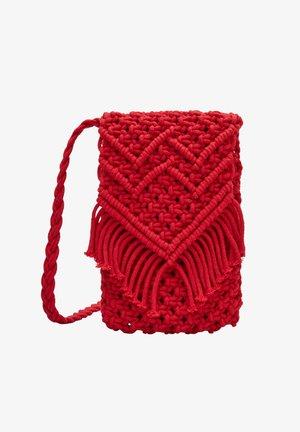 IN MAKRAMEE OPTIK - Across body bag - red