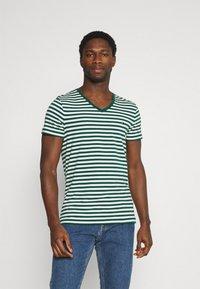 Tommy Hilfiger - STRETCH V NECK TEE - T-shirt - bas - rural green/ivory - 0