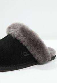 UGG - SCUFFETTE II - Slippers - black/grey - 5