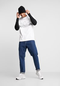 adidas Originals - OUTLIN TEE - Camiseta estampada - white - 1