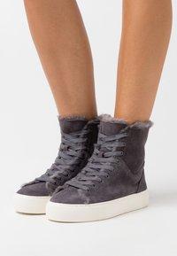 UGG - BEVEN - Sneakers hoog - dark grey - 0
