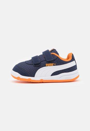 STEPFLEEX 2 UNISEX - Zapatillas de entrenamiento - peacoat/white/vibrant orange
