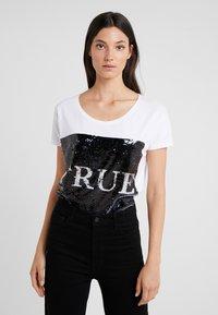True Religion - SEQUIN TRUE - T-shirt imprimé - white - 3