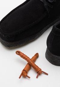 Clarks Originals - WALLABEE - Zapatos con cordones - black - 5