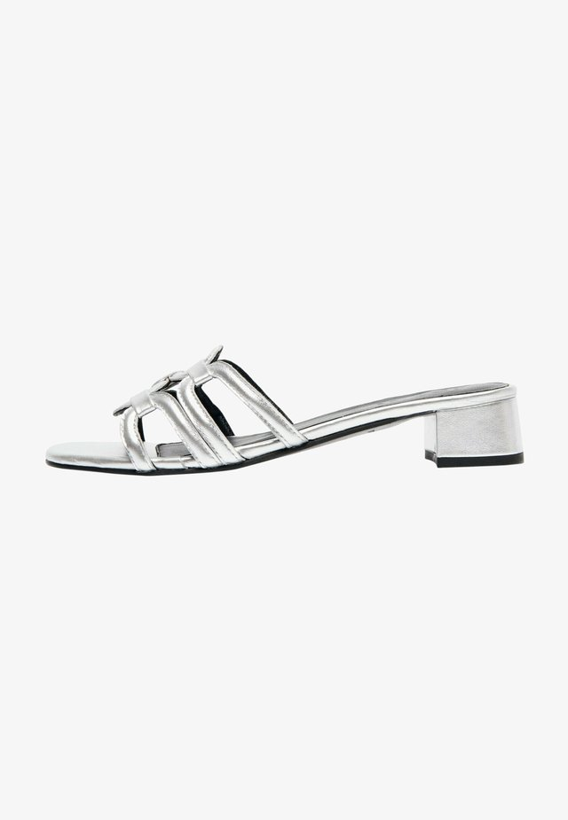 CANAQUEESE  - Pantoffels - silver