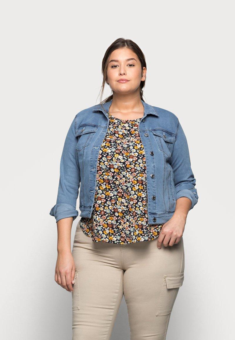 Vero Moda Curve - VMHOT SOYA JACKET - Denim jacket - light blue denim