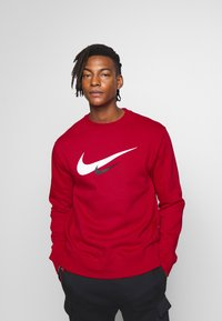 Nike Sportswear - NIKE SPORTSWEAR SWOOSH-RUNDHALSSHIRT FÜR HERREN - Sweatshirt - university red - 0