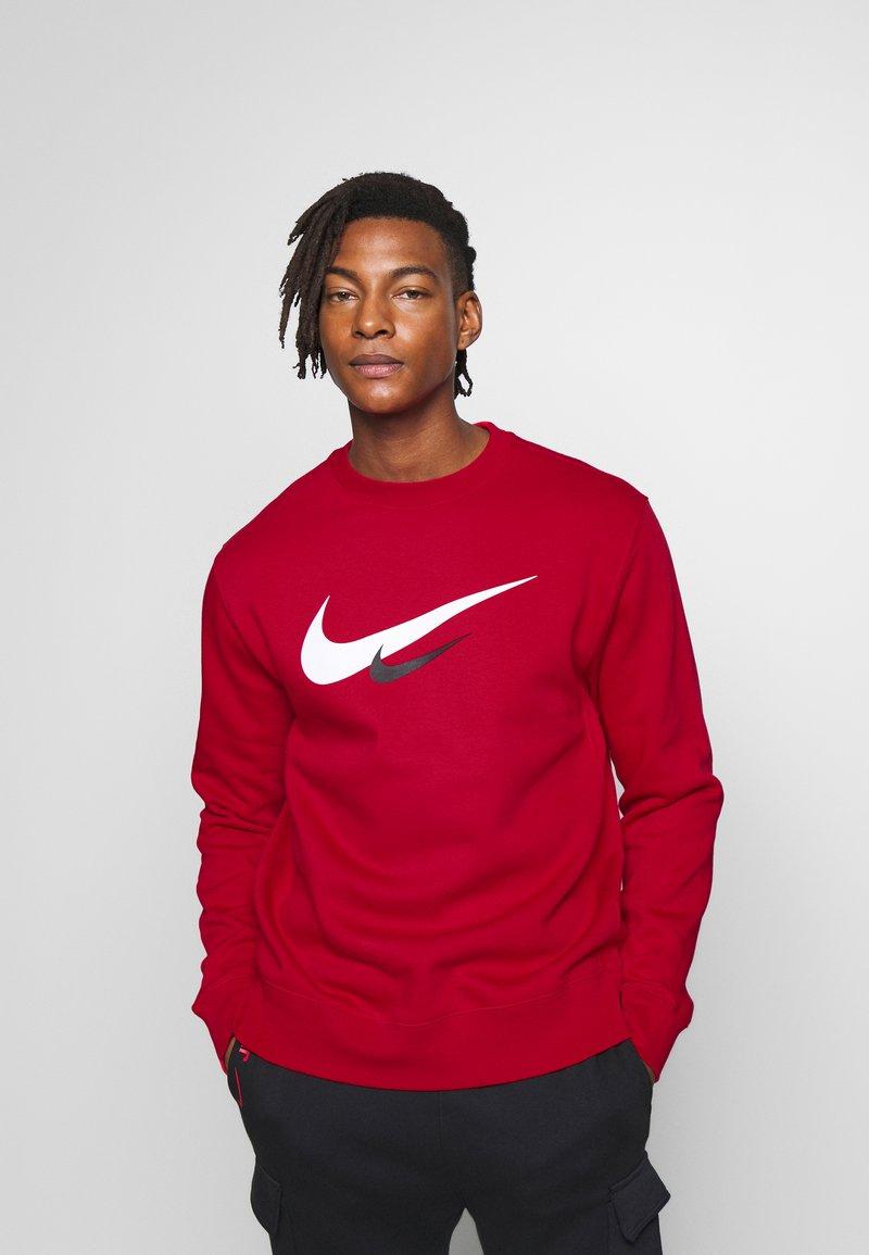 Nike Sportswear - NIKE SPORTSWEAR SWOOSH-RUNDHALSSHIRT FÜR HERREN - Sweatshirt - university red