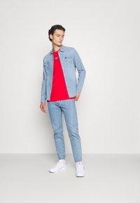 adidas Originals - STRIPE UNISEX - T-shirt med print - vivid red - 1