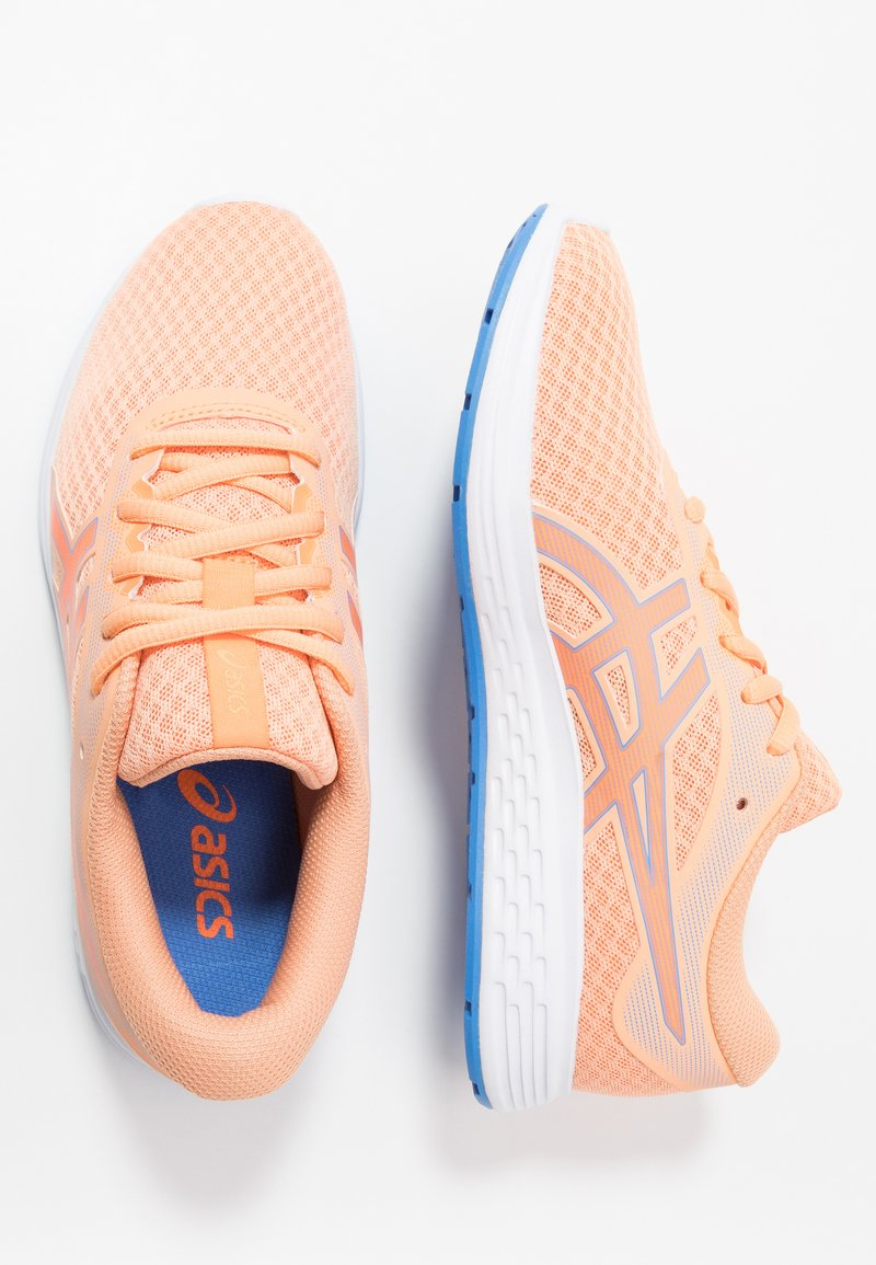 ASICS - PATRIOT 11 - Zapatillas de running neutras - summer dune/shocking orange