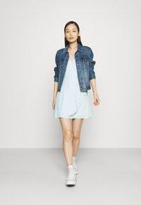 Hollister Co. - SPRING FLOATER WRAP DRESS - Kjole - blue - 1