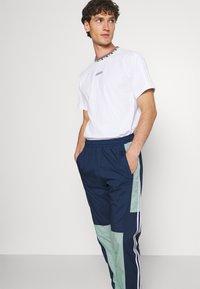 adidas Originals - LIGHTWEIGHT UNISEX - Pantaloni sportivi - hazy green/crew navy - 3
