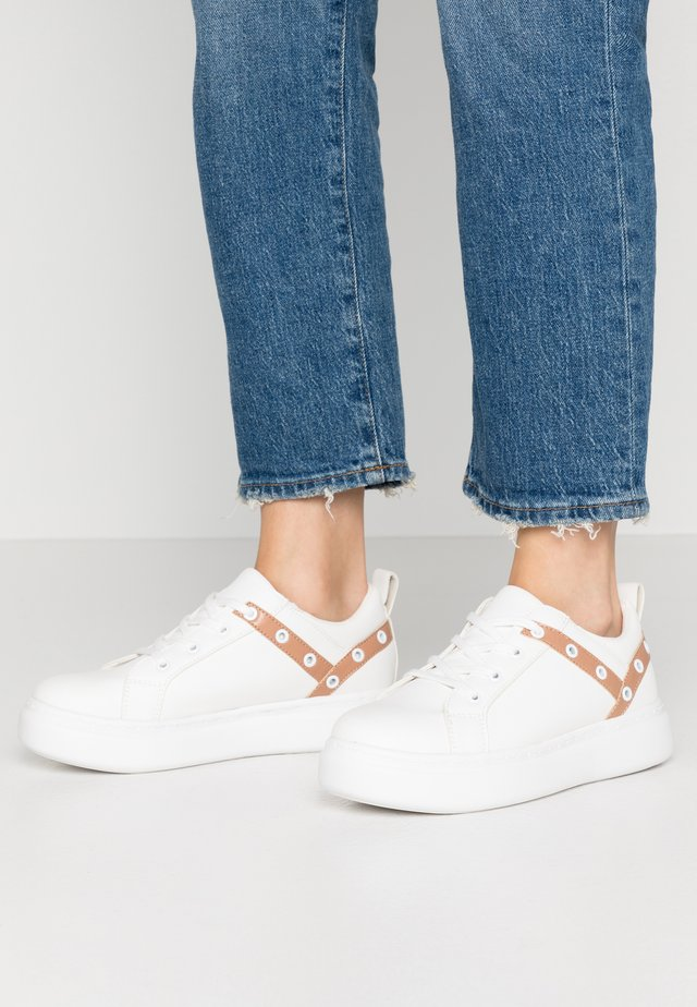 EYELET LACE UP TRAINER - Matalavartiset tennarit - white